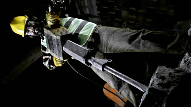 bauarbeiter, die einen presslufthammer (super zeitlupe) - schaufel stock-videos und b-roll-filmmaterial