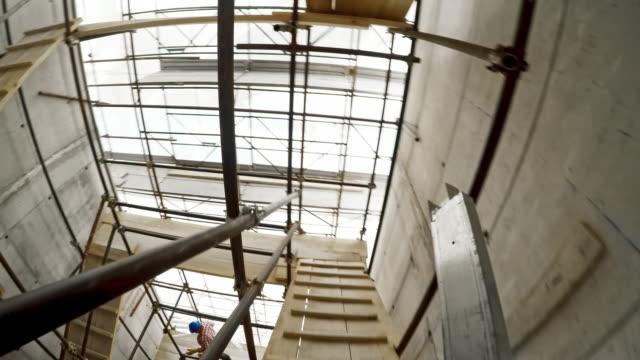 pov bauarbeiter auf dem gerüst schritte tragenden baustoff - baugerüst stock-videos und b-roll-filmmaterial