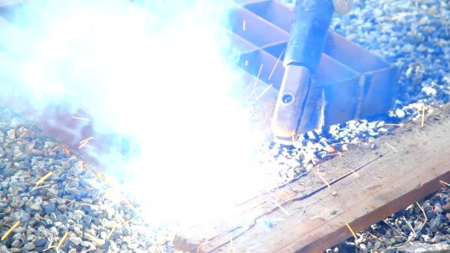 建設作業員溶接 - sparks点の映像素材/bロール