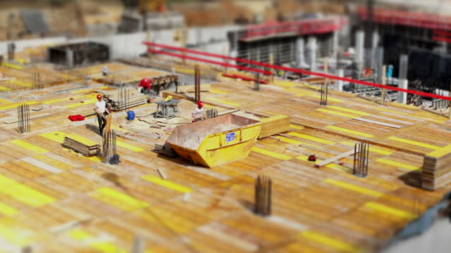 stockvideo's en b-roll-footage met construction workers acting on site (tilt shift & tl) - versneld afspelen tijdopname