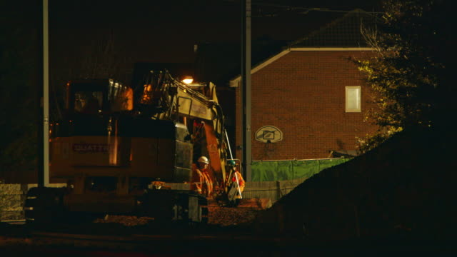 ws construction workers and earth mover at night / london, england, united kingdom - mechanical digger stock videos & royalty-free footage