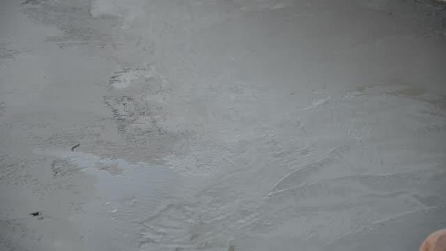 Werknemers in de bouw zijn de concrete oppervlakte, de gepolijste betonvloer polijsten