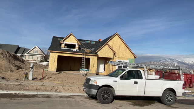 vídeos de stock, filmes e b-roll de construction workers building new house in suburbs in lehi, utah, u.s., on wednesday, december 16, 2020. - lehi