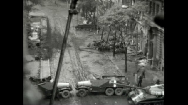 vidéos et rushes de construction workers clean up and install glass under the watchful eye of the soviet forces at the height of the prague spring invasion. - culture tchèque