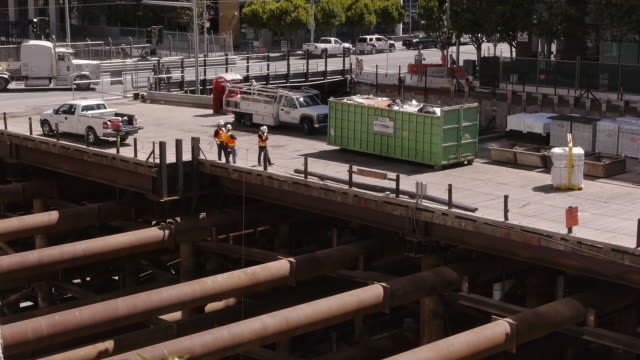 construction workers discussing on construction site - traffic点の映像素材/bロール