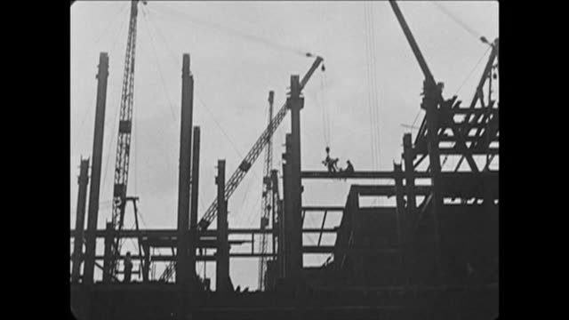 1921 construction workers high up on nyc skyscaper girders - 桁橋点の映像素材/bロール