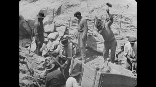 vidéos et rushes de 1921 construction workers in nyc - tour structure bâtie