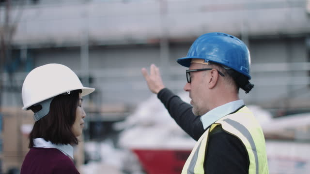 construction workers looking at project development - 建設作業員点の映像素材/bロール