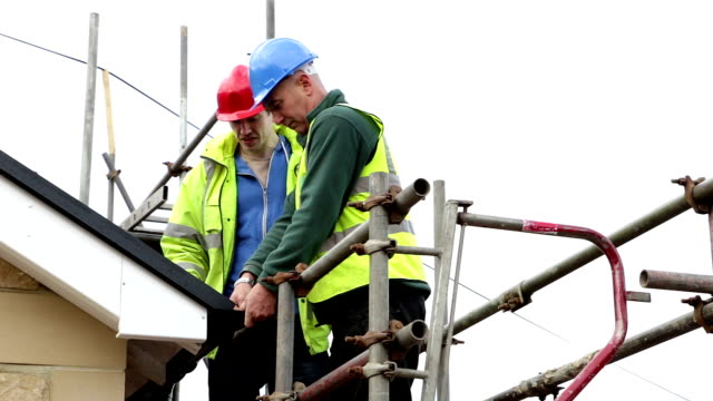construction workers on scaffolding - scaffolding stock videos & royalty-free footage