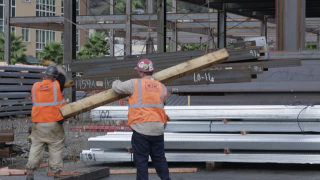 vidéos et rushes de ms of construction workers on site - ouvrier du bâtiment