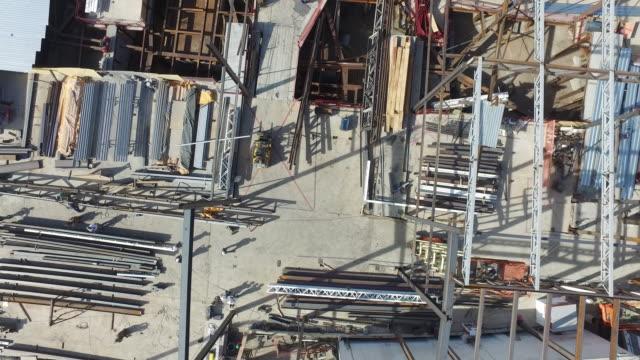 construction workers on steel beam - 建物の骨組み点の映像素材/bロール