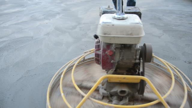 stockvideo's en b-roll-footage met bouwvakkers polijsten oppervlakte bouw-, panning - beton