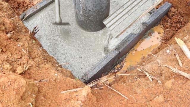 建設労働者は、タイのセメントミキサーからコンクリートミックスを注ぐ - セメント点の映像素材/bロール