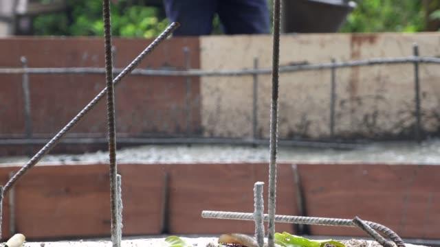bouwvakkers gieten cement