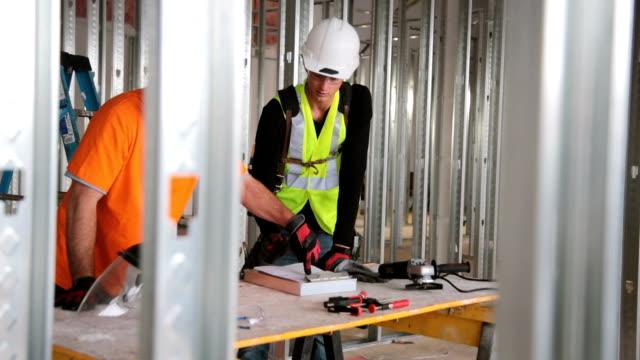 construction arbeiter - schutzbrille stock-videos und b-roll-filmmaterial