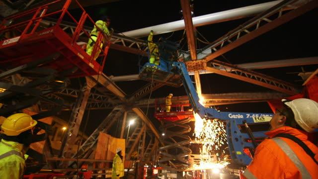 vidéos et rushes de ms la construction workers welding on north circular road, a406, neasden / london, england, united kingdom - danger