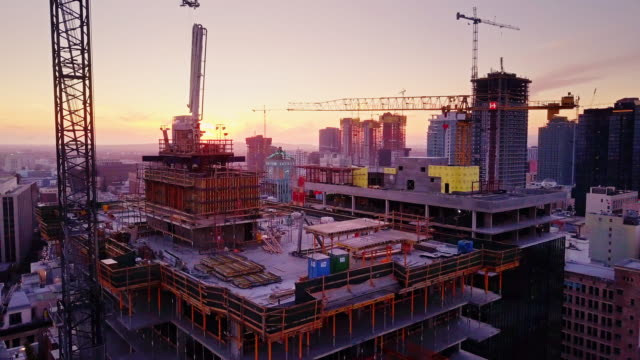 vídeos de stock e filmes b-roll de constructions sites at sunset in downtown la - obra