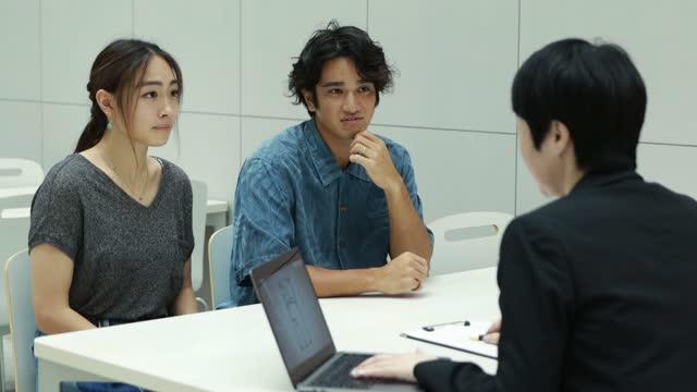 アジアのコンサルタントと顧客 - マネージャー点の映像素材/bロール