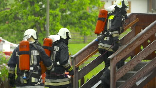 consultation and assurance, firemen - vigile del fuoco video stock e b–roll