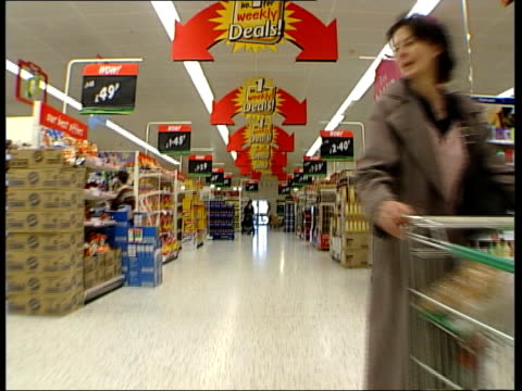 stockvideo's en b-roll-footage met guide to british spending habits; itn england: london: ext i/c int speeded up britton along through supermarket i/c in spirits section alain de... - gevuld
