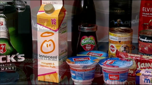 consumer watchdog criticises supermarket 'special offer' deals int tins and packets of food products on display food goods passed through scanner at... - portionspåse bildbanksvideor och videomaterial från bakom kulisserna