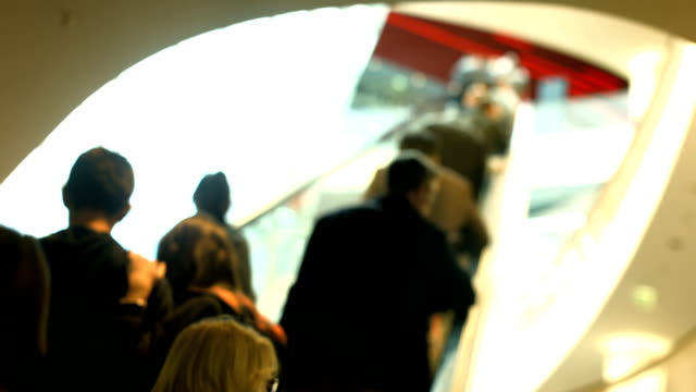 stockvideo's en b-roll-footage met consumers riding escalator in shopping mall (4k/uhd to hd) - overexposed