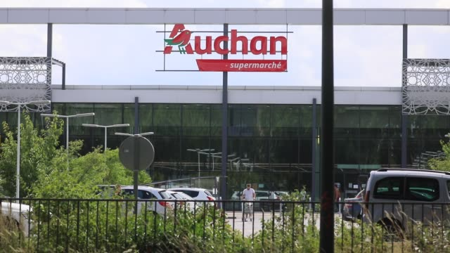 vidéos et rushes de consumers walk in the parking lot outside the supermarket chain auchan on july 2 2020 in trappes france some supermarkets have recalled cans of... - se garer