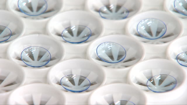 vídeos de stock, filmes e b-roll de contact lens being made at a manufacturing factory - contéiner de plástico