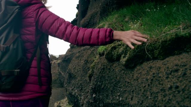 kontakt mit der natur. frau berühren rockt und moos - reiseziel stock-videos und b-roll-filmmaterial