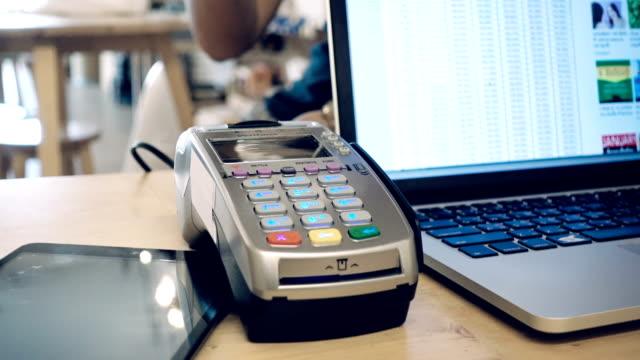 vídeos de stock, filmes e b-roll de pagamento sem contacto  - compra com cartão de crédito