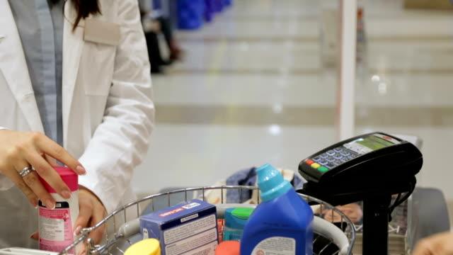 vídeos de stock, filmes e b-roll de pagamento sem contacto  - balcão de pagamento