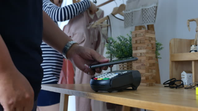 vídeos de stock e filmes b-roll de contactless payment with smart phone in store - carta de baralho