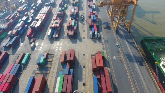 4K: containervracht vrachtschip met werkende kraan brug op scheepswerf
