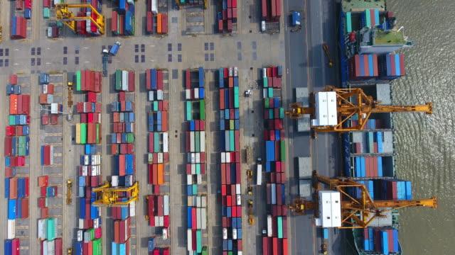 container cargo fracht versenden mit kran-brücke in der werft - behälter stock-videos und b-roll-filmmaterial