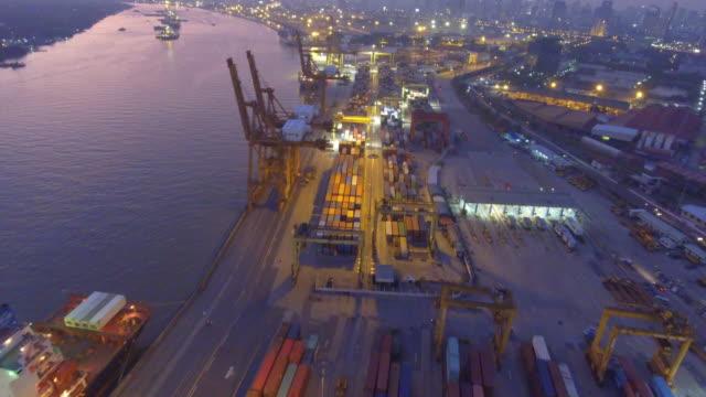 Container-lading vracht schip met werkende kraan brug op scheepswerf