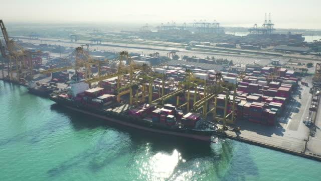 vídeos de stock, filmes e b-roll de navio de carga do recipiente na logística e no transporte do negócio da exportação da importação do internacional pelo navio de carga do recipiente no mar aberto - recipiente
