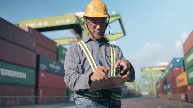 container dockers working in the port - transportmedel bildbanksvideor och videomaterial från bakom kulisserna