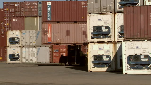 stockvideo's en b-roll-footage met ms container handler carrying two shipping containers and turning corner in yard/ sydney, australia - middelgrote groep dingen