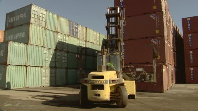 vidéos et rushes de ms container handler lifting cargo container in yard/ ws container handler turning and driving away/ sydney, australia - transport de marchandises par navire