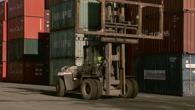vídeos de stock, filmes e b-roll de ms container handler moving past stacks of cargo containers in container yard/ sydney, australia - escrita ocidental