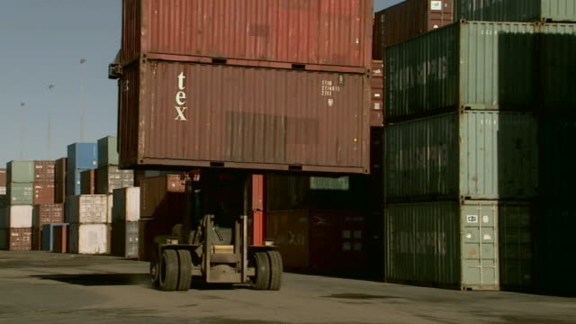 stockvideo's en b-roll-footage met ms container handler moving past stacks of cargo containers in container yard/ sydney, australia - middelgrote groep dingen