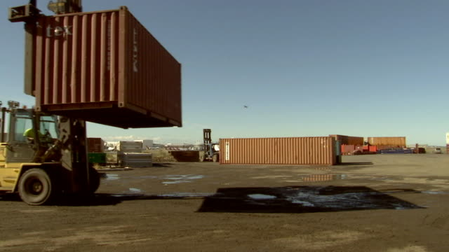 ms container handler turning and lowering cargo container/ cu cargo container/ sydney, australia - 鋼点の映像素材/bロール