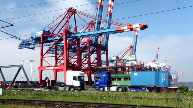 vidéos et rushes de container port de hambourg, en allemagne. - véhicule utilitaire léger