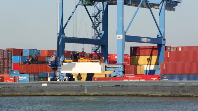 stockvideo's en b-roll-footage met container laden in rotterdam, real time - haven