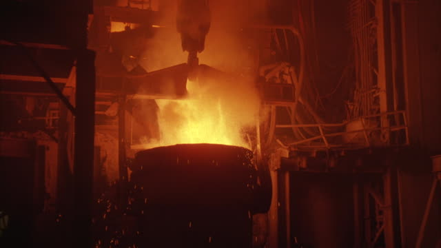vidéos et rushes de a container of hot liquid steal boils over. - métallurgie et sidérurgie
