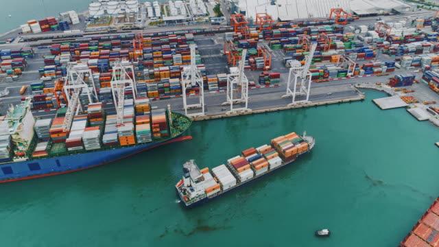 航空コンテナー港 - 貨物船点の映像素材/bロール