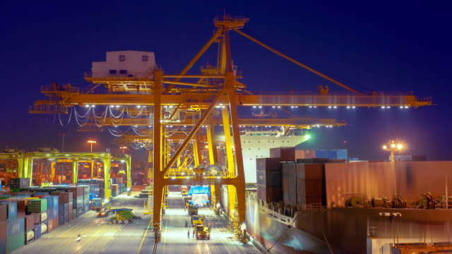 stockvideo's en b-roll-footage met container port - bouwmachines