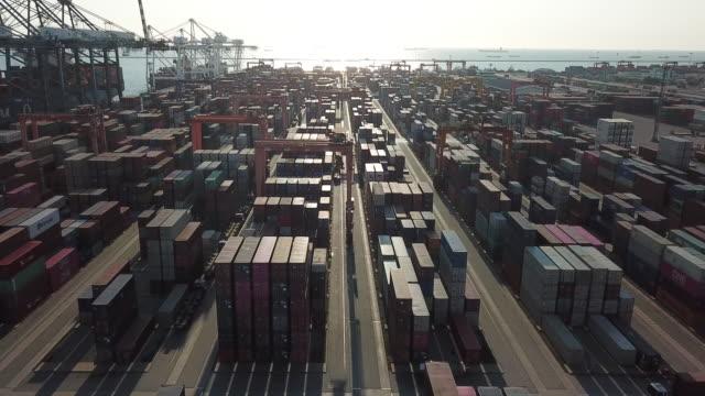 サンセット付きコンテナポート - 造船所点の映像素材/bロール
