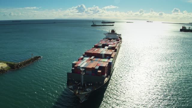 containerschifffahrt im hafen von long beach mit catalina island beyond-aerial - container stock-videos und b-roll-filmmaterial