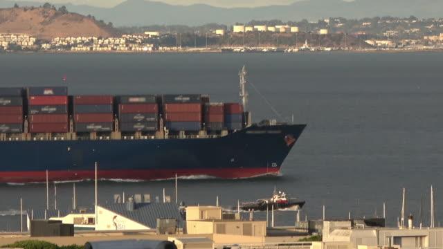 海上のコンテナ船 - 関税点の映像素材/bロール